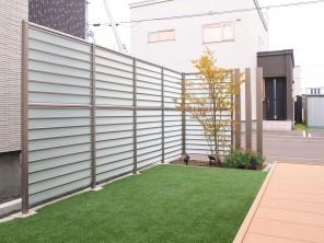 LIXIL サニーブリーズフェンスと人工芝のお庭 札幌市白石区H様邸3